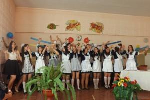 Фінальну пісню виконують учні одинадцятих класів