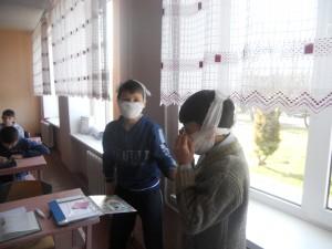 Виготовлення засобів захисту органів дихання - ватно-марлевих пов'язок, учнями 6 - Б класу