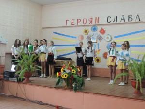 Пісні на слова Т. Г. Шевченка виконує вокальний ансамбль дівчат 6-8 клсів